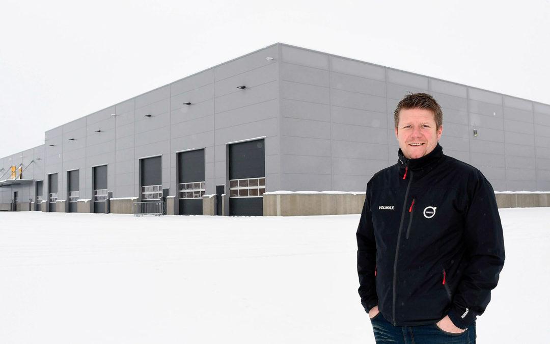 Servicemarkedssjef Kenneth Karlsen foran Volmax' nye anlegg på Hamar. Foto: Ole Ludvig Rosenborg